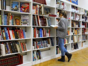 Girl in library, courtesy of Pixabay